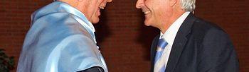 El presidente de Castilla-La Mancha, José María Barreda, felicita al escritor Mario Vargas Llosa tras ser investido como Doctor Honoris Causa por la Universidad de Castilla-La Mancha, en Albacete.