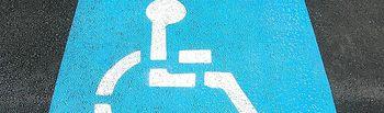 Plaza de aparcamiento para personas con discapacidad y movilidad reducida.