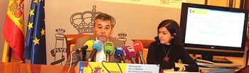 El Subdelegado del Gobierno en Albacete, Miguel Juan Espinosa, acompañado por la jefa provincial de Inspección de Telecomunicaciones, María Pilar Bruis.