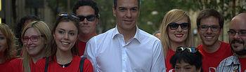 Pedro Sánchez con voluntarios socialistas