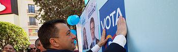 Manuel Serrano, alcalde de Albacete, durante la tradicional Pegada de Carteles de las Elecciones Generales del 28A