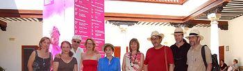 La consejera de Educación, Ciencia y Cultura, María Ángeles García, junto a la directora del Festival Internacional de Teatro Clásico de Almagro (Ciudad Real), Natalia Menéndez; y al director de la compañía castellano-manchega Fuegos Fatuos, Fernando Romo, junto al reparto de la obra 'Tartufo', que se representa en el Corral de Comedias gracias a la ayuda del Gobierno de Castilla-La Mancha.