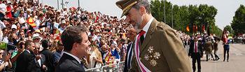 Su Majestad el Rey recibe el saludo del presidente de la Junta de Comunidades de Castilla-La Mancha, Emiliano García-Page, a su llegada al acto