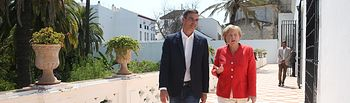 El presidente del Gobierno, Pedro Sánchez, pasea junto a la canciller alemana, Angela Merkel, por los jardines del Palacio de los Guzmanes, sede de la Fundación Casa Medina Sidonia.