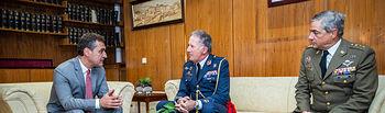 El delegado del Gobierno recibe al mando General Aéreo y representante Institucional de las Fuerzas Armadas en la región. Foto: JUANJO VALVERDE