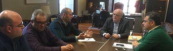 Fotografía de la reunión entre el delegado de la Junta, Pedro Antonio Ruiz Santos; el director provincial de Agricultura, Manuel Miranda y los representantes de la Junta Directiva de Vinícola Villarrobledo.