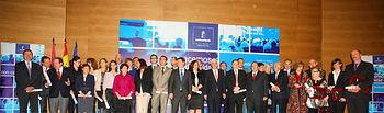 El presidente de Castilla-La Mancha, José María Barreda, posa junto a los galardonados en el Día Mundial de la Salud.