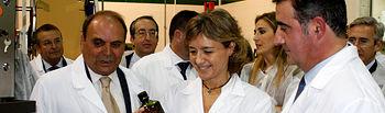 García Tejerina, en la línea de envasado de Oleoestepa. Foto: Ministerio de Agricultura, Alimentación y Medio Ambiente
