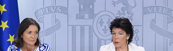La ministra de Educación y Formación Profesional y portavoz del Gobierno en funciones, Isabel Celaá, y la ministra de Industria, Comercio y Turismo en funciones, María Reyes Maroto, en la rueda de prensa posterior al Consejo de Ministros.