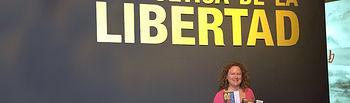 Una canadiense se convierte en la turista número 1.000 de la exposición 'La poética de la libertad' en la Catedral de Cuenca. Foto: JCCM.