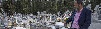 Javier Mateo en el cementerio de Toledo.