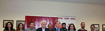El rector y el secretario general de CCOO CLM con los asistentes a la firma.