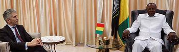 GRAF7496. GBESSIA, 29/01/2019.- El ministro español del Interior, Fernando Grande-Marlaska, durante la reunión que ha mantenido con el presidente de la República de Guinea, Alpha Condé (d), este martes en Guinea Conakry. EFE/J.J.Guillen .
