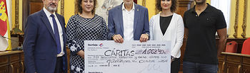 entrega de cheque de Ibercaja a Cáritas