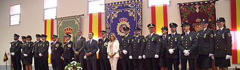 El viceconsejero de Administración Local y Coordinación Administrativa, José Miguel Camacho, asiste al acto con motivo del Día de la Policía, celebrado en la sede de la Jefatura Superior de Policía de Toledo. En la imagen, foto de familia con los policías condecorados. (Foto: Álvaro Ruiz // JCCM).