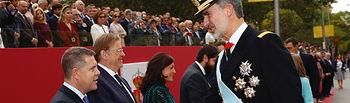 El presidente de Castilla-La Mancha, Emiliano García-Page, asiste, al tradicional desfile militar con motivo del Día de la Hispanidad. (Fotos:Casa de SM EL REY). Foto: FRANCISCO GOMEZ/CASA S.M. EL REY