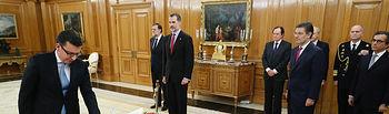 El nuevo ministro de Economía, Industria y Competitividad, Román Escolano, jura su cargo ante el Rey en presencia del presidente del Gobierno, Mariano Rajoy, y del ministro de Justicia, Rafael Catalá.