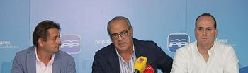 Vocales del PP en la MAS y portavoz popular en Yunquera   durante la rueda de prensa.