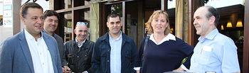 Serrano visita diferentes establecimientos hosteleros.