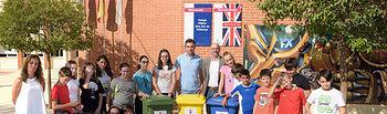 Jiménez entrega contenedores de reciclaje en los centros educativos de Argamasilla de Alba.