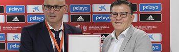 Foto de Diego Pérez recogiendo la placa de la RFEF en el Carlos Belmonte