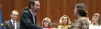 La vicepresidenta primera del Gobierno, Carmen Calvo, entrega la cartera al nuevo vicepresidente segundo, ministro de Derechos Sociales y Agenda 2030, Pablo Iglesias. Foto: Twitter Vicepresidencia @M_Presidencia