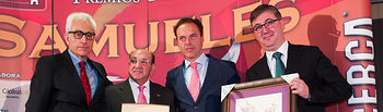 Marcial Marín, consejero de Educación, Cultura y Deporte de la JCCM, entregando uno de los VIII Premios Taurinos Samueles.