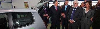 El presidente de Castilla-La Mancha, José María Barreda, durante la visita a las nuevas instalaciones de Corporación HMS en Albacete, junto a la alcaldesa, Carmen Oliver.