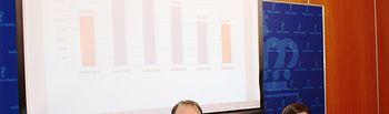 La directora gerente del SESCAM, Regina Leal, informa de los datos de lista de espera correspondientes al mes de junio, junto al director general de Asistencia Sanitaria, José Antonio Ballesteros. Foto: JCCM.