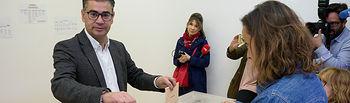 Manuel González Ramos, candidato del PSOE al Congreso por Albacete, ejerciendo su derecho al Voto.