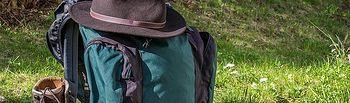 Sombrero, mochila y calzado adecuado. Credit: Pixabay