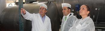 José Julián Gregorio durante una visita a la empresa familiar Quesos Corcuera en la localidad de La Puebla de Montalbán (Toledo)