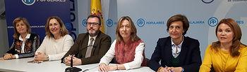 Ana Guarinos, Jorge Sáinz y cargos públicos del PP con responsabilidades en Educación, durante la rueda de prensa ofrecida en Guadalajara