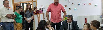 Álvaro Gutiérrez y David Palomares con los alumnos del colegio de Garciotúm