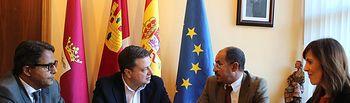 Manuel Serrano durante la reunión que ha mantenido en el Ayuntamiento con los representantes de la Delegación Saharaui en Castilla-La Mancha, Bulahi Mohamed y Abdelahe Mohamed, acompañado por la concejal de Asuntos Sociales, María Gil.