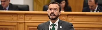El consejero de Desarrollo Sostenible, José Luis Escudero, interviene desde la tribuna en el Pleno de las Cortes regionales. (Fotos: José Ramón Márquez // JCCM).