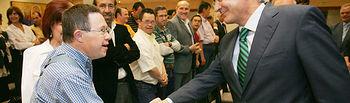 El presidente de Castilla-La Mancha, José María Barreda, saluda a un joven de Asdownto, tras la firma del convenio de colaboración del programa 'Implica2'.