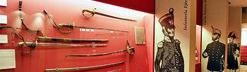 """Imagen de una de las salas en las que se expone la colección de la """"Fábrica de Armas de Toledo""""."""