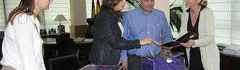 Casero con el alcalde Elche de la Sierra y la Asociación de Amigos de las Alfombras de serrín. Foto: JCCM.