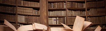 Fotografía de libros en una biblioteca