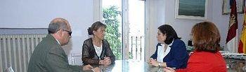 Un momento de la reunión entre la presidenta de Diputación y los representantes de la ONCE.