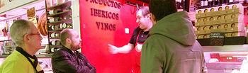 Alejandro Ruiz hablando con comerciantes del Mercado de Abastos.