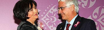 Amuma distingue a Barreda con su insignia de Oro por su humanidad y por hacer de la salud la prioridad de su Gobierno. En la imagen, la presidenta Teresa Espinosa, entrega el reconocimiento al presidente regional, José María Barreda.