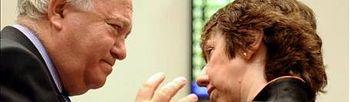 El ministro español de Asuntos Exteriores, Miguel Ángel Moratinos (izda), y la Alta Representante de la Unión Europea (UE), Catherine Ashton, conversan al comienzo del Consejo de ministros de Relaciones Exteriores. EFE
