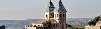 Torreones de la Puerta de Bisagra en la parte interior de las murallas que rodean el casco histórico de Toledo.