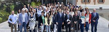 Foto de familia de las entidades Más Empleo de la Caixa con el subdirector general de Fundación Bancaria la Caixa, Marc Simón.