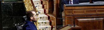 El portavoz de Unidas Podemos, Pablo Echenique (i), se dirige a dar la réplica, este miércoles en el Congreso, al presidente del Gobierno, Pedro Sánchez (d), que ha explicado la declaración del estado de alarma y las medidas para paliar las consecuencias de la pandemia provocada por el coronavirus, en Madrid (España), a 18 de marzo de 2020. Foto: Europa Press 2020
