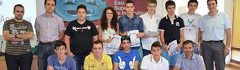 Foto de grupo de los alumnos premiados junto con representantes de la Escuela Superior de Informática y la empresa BQ.