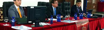 El rector (centro) acompañado por el secretario general y por el vicerrector de Economía y Planificación