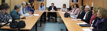 Manuel Serrano asiste a la última reunión del Consejo Municipal de Personas Mayores, acompañado por la concejal de Asuntos Sociales, María Gil, y la concejal de la Mujer, Mª Ángeles Martínez.